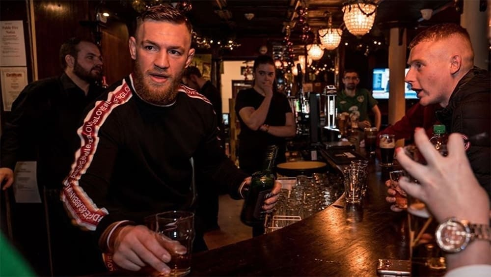 Конор МакГрегор ударил пожилого мужчину за отказ выпить его виски