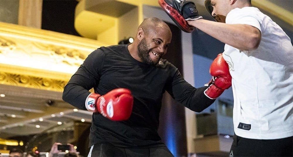 Бой зазвание чемпиона UFC втяжелом весе прошел вЛас-Вегасе